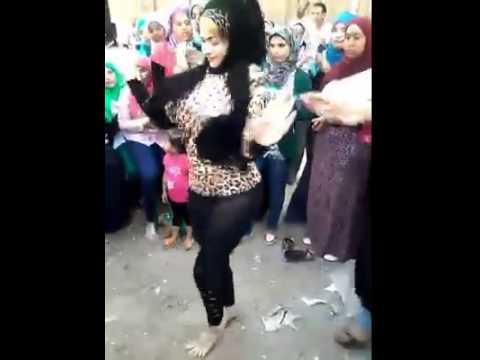 رقص بنت ف فرح وامها تساعدها +18 thumbnail