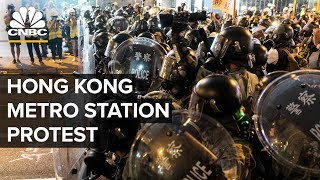 Hong Kong police confront protesters at metro station – 08/21/2019