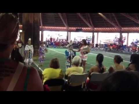 Aurora sings O'Canada in Cree
