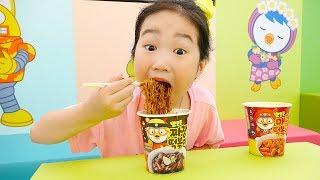 Boram mange secrètement nouilles noires pororo dans Aire de jeux intérieure