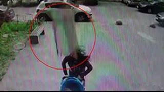 Падение бетонной плиты на женщину в Петербурге сняла камера наблюдения(Камера видеонаблюдения зафиксировала момент падения тяжелой бетонной плиты на женщину с ребенком в Санкт-..., 2016-05-12T10:17:58.000Z)