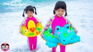 หนูยิ้มหนูแย้ม   ห่วงยางเป็ดจระเข้เล่นน้ำทะเล Kids playing on the beach