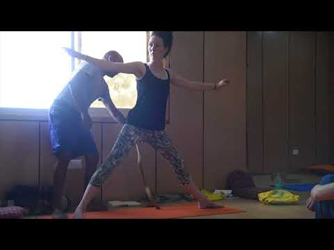 Five-minute yoga challenge: strap up and rotate your thighs in triangle pose - AYM Yoga School