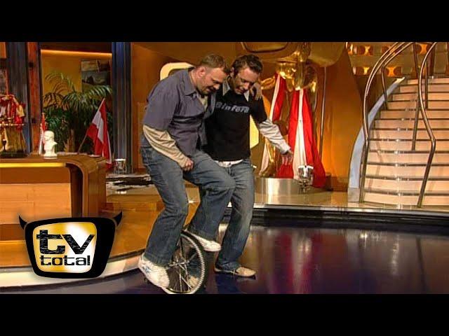 Peter Imhof bringt Raab Einrad fahren bei  - TV total