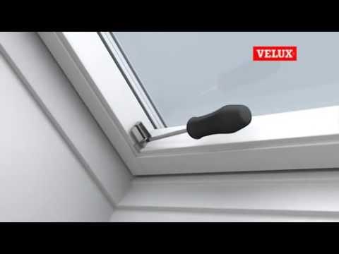 velux einbauvideo sichtschutz rollo manuell mit f hrungsschienen youtube. Black Bedroom Furniture Sets. Home Design Ideas