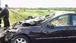 Strażacy i policja usuwają skutki wypadku pod Staszowem