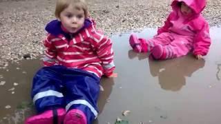 ВЛОГ Непромокаемые костюмы Didriksons. Дети в луже. Гуляем под дождём(Гуляем под дождём и прыгаем по лужам в непромокаемых костюмах Didriksons. А также собираем ежевику, Титаник утон..., 2016-07-12T14:40:08.000Z)