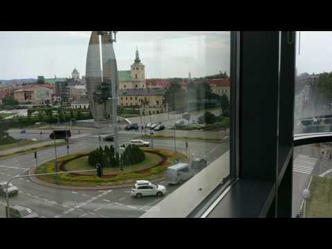 """Rzeszów. """"Mistrzowska"""" jazda kierowcy volvo na rondzie Dmowskiego"""