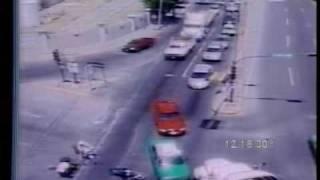 Atropello impactante de un motcilclista por un trailer