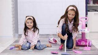 Діти Прибирають іграшки в кімнаті ЯК ПРИБРАТИ КІМНАТУ Прибирання будинку Helps Mommy