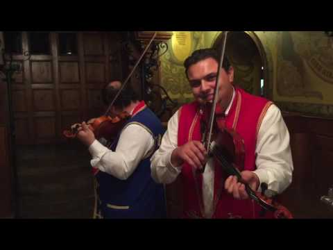 Violinista en el Tejado en un restaurante de Budapest