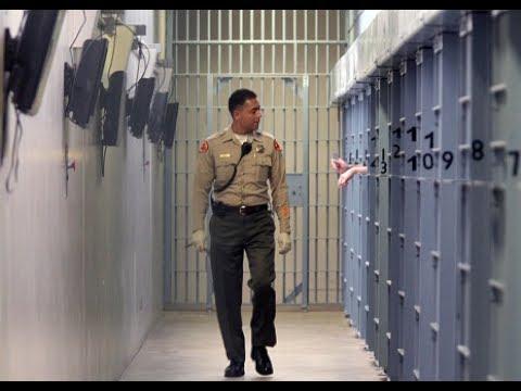 美国女子监狱中,为什么要有男狱警?