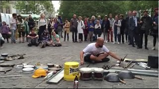 Espectacular artista callejero! Spectacular street artist making music!