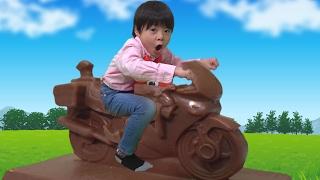 トミカ 白バイチョコに乗ってみた!! こうくんねみちゃん thumbnail