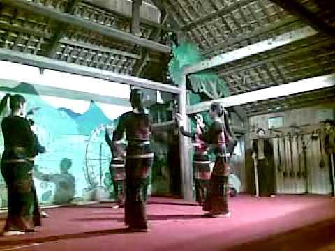 Những cô gái dân tộc xinh đẹp múa.mp4