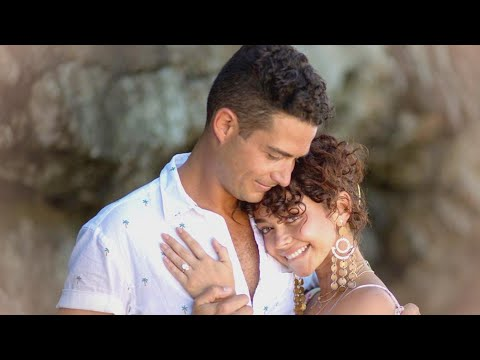 Sarah Hyland Engaged to Wells Adams! See the MASSIVE Ring