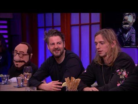 De Jeugd van Tegenwoordig als poppen op het podium - RTL LATE NIGHT