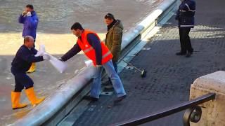 Удалось заснять, как уборщики  деньги гребут лопатой из фонтана.