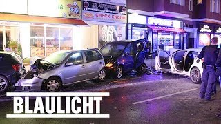 Mercedes crasht in geparkte Autos - Fünf Verletzte in Berlin