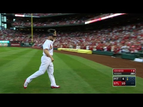 PIT@STL: Holliday trots to outfield, gets ovation