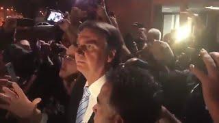 Recebido com fogos de artifício, Bolsonaro chega na entrevista para Roda Viva