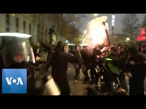 Police Use Tear Gas, Pepper Spray on Protesters in Paris