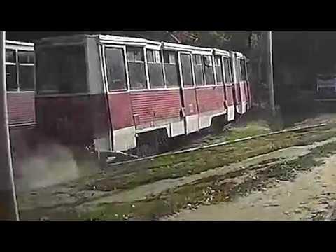 Hombre queda atrapado por un tranvía que lo arrastra sobre los rieles