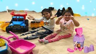 İKİ KARDEŞ KUM HAVUZUNDA! Vehicles for kids. . Games for children Playtime