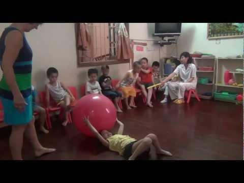 Tình nguyện viên dạy trẻ tự kỷ ở Myooko.MTS