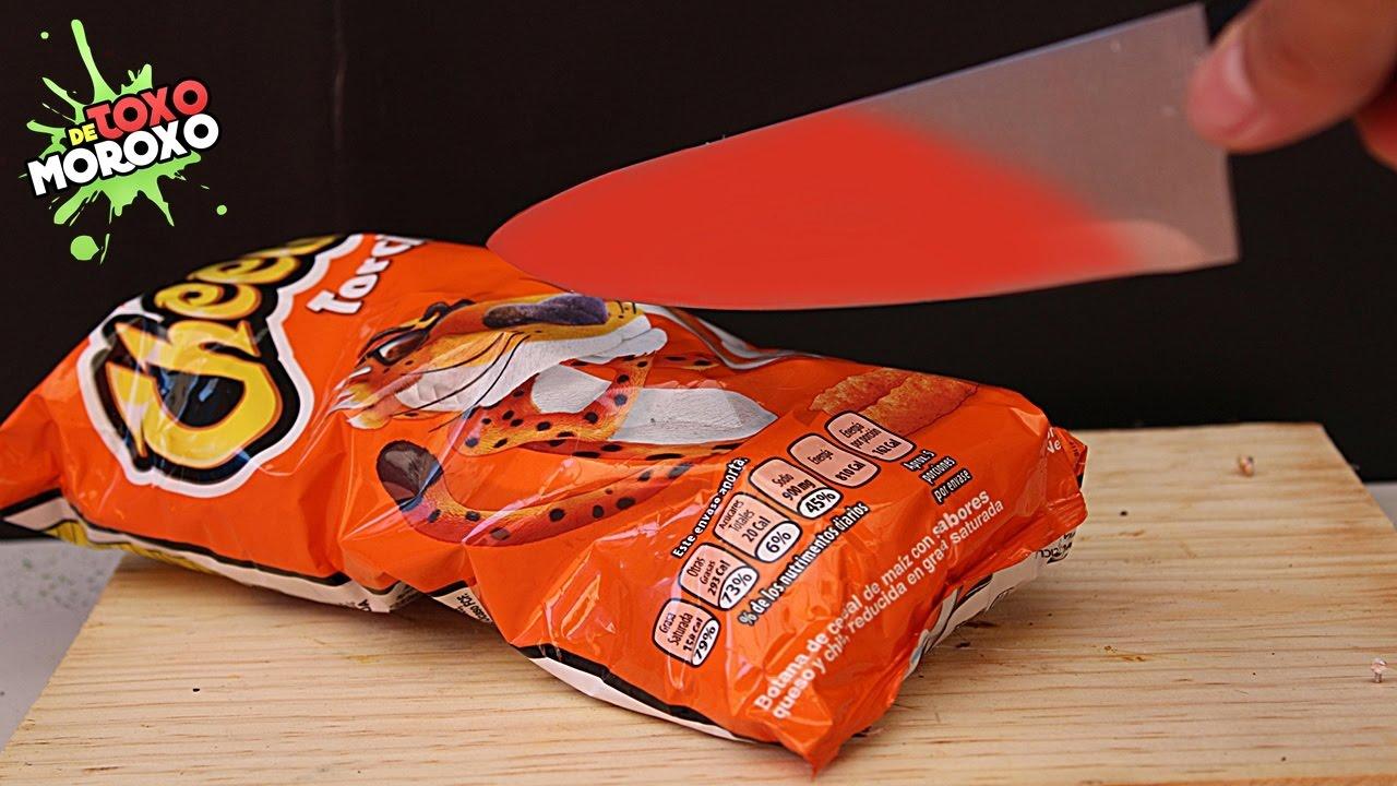 EXPERIMENTO Cuchillo a 1000º Grados vs Cheetos | Cortando 10 Cosas con Cuchillos Calientes