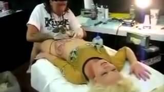 Dövme Yapılırken Hallenen Sarışın Kız # Absürt TV #