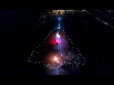 Un albero di Natale umano per augurare Buone feste: flashmob in riva al mare