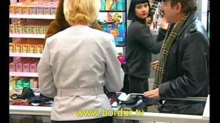 Скрытая камера. Купить жене бюстгальтер. Дай попробовать на ощупь грудь.(Скрытая камера. Посетитель в магазине нижнего белья хочет купить жене бюстгальтер, но не знает размер. Прос..., 2014-02-04T15:06:17.000Z)
