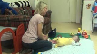 Як допомогти дитині навчитися перекладати іграшку з руки в руку