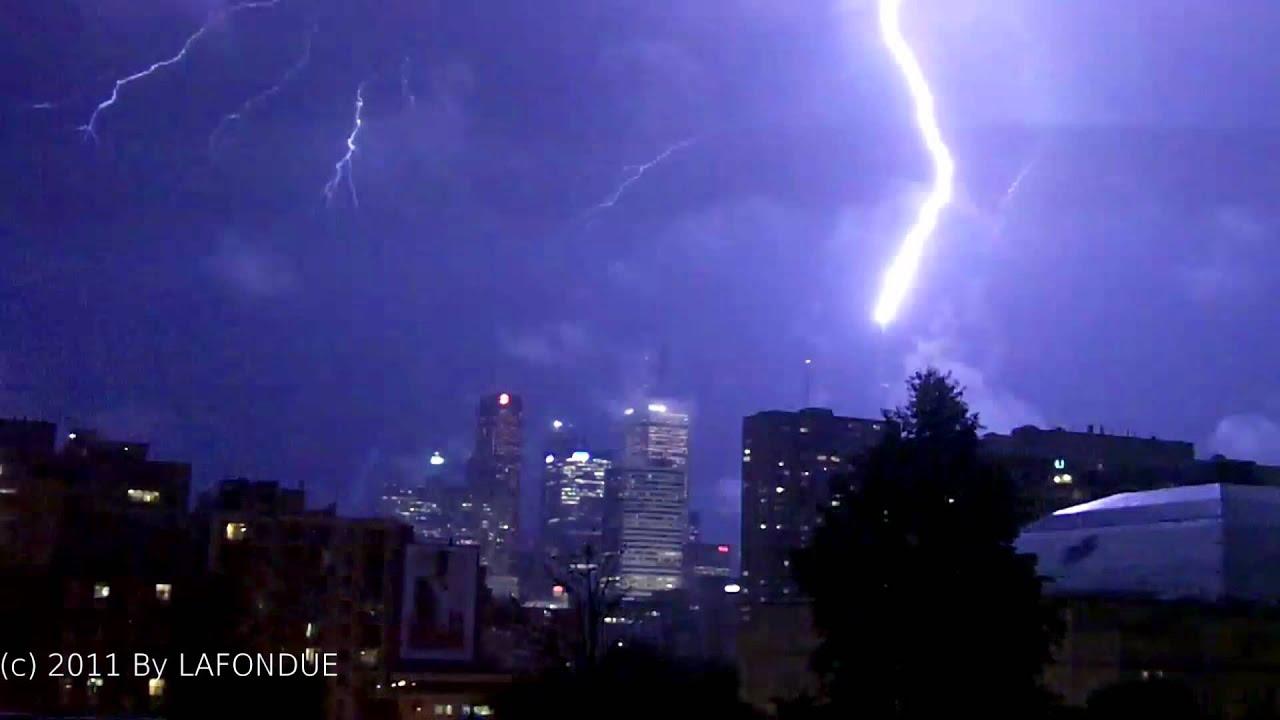foto de Lightning hit the CN Tower in Toronto Canada over 40