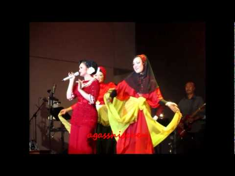 100412 Linda & Siti ~ Kuda Hitam