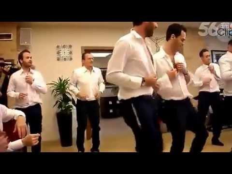Màn cầu hôn độc đáo với tiết mục nhảy thoát y