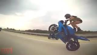 Mujer colgando moto