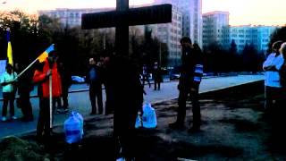 В Харькове у памятника Ленину установили крест