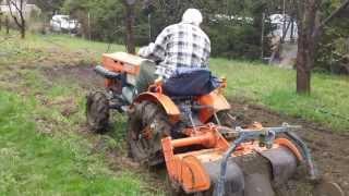 Mały traktorek Kubota 6001 z glebogryzarką. Wiosenne prace ogrodowe. www.akant-ogrody.pl