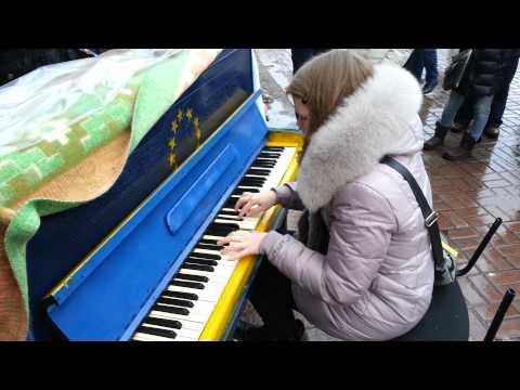 Майдан 13.12.2013 г. Девочка играет на уличном пианино.