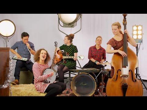 NRK Super - Musikkvideo: Julehilsen fra programlederne (Lysa er tente)