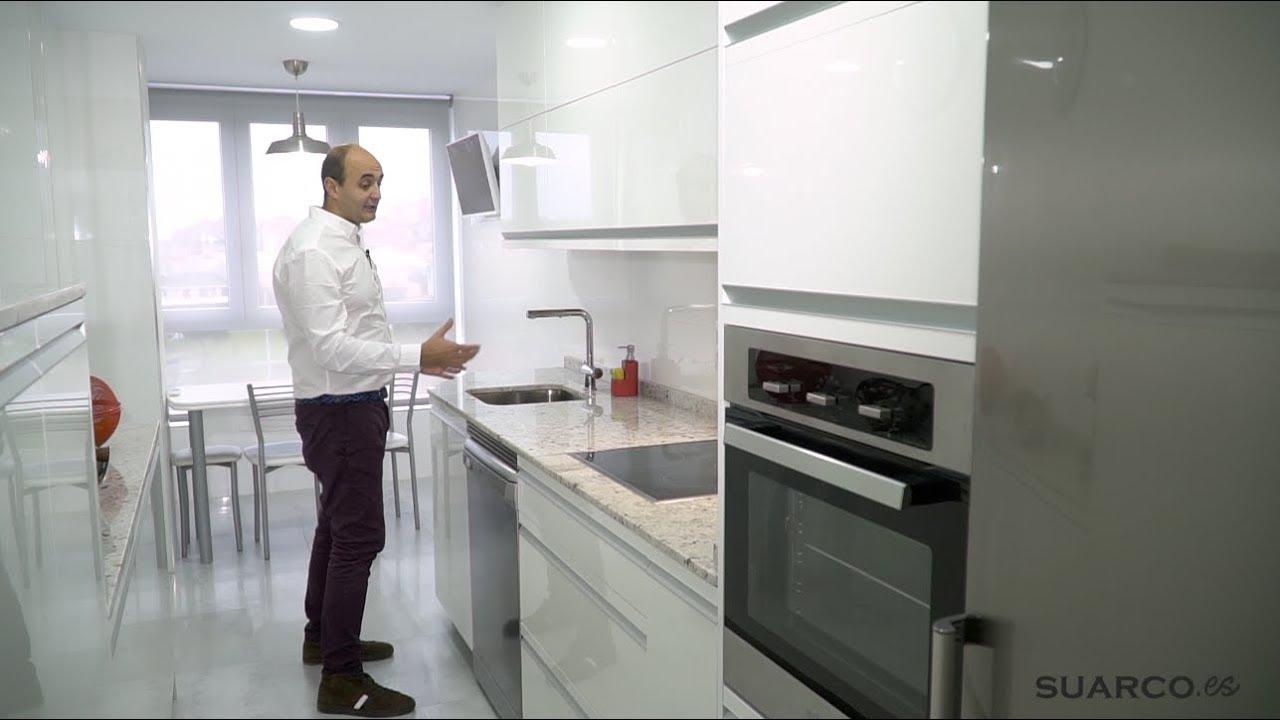 Cocina moderna blanca con dos frentes sin tiradores y - Cocinas suarco ...