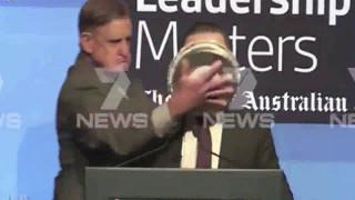 Размазал торт по лицу главы Qantas Airlines