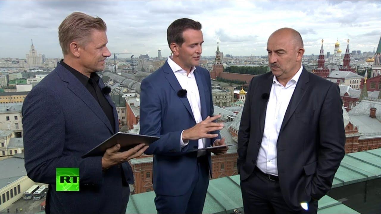 Тренер сборной России по футболу Станислав Черчесов даёт интервью RT