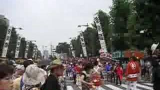 熊谷うちわ祭に突如登場した練り込み囃子の集団。 むちゃくちゃかっこ良...
