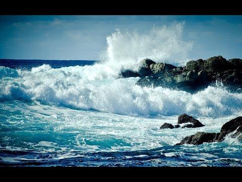 огромная волна смывает