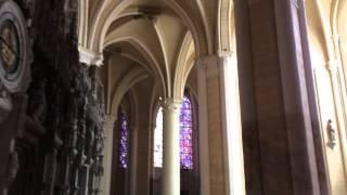 シャルトル大聖堂内の豪華なステンドグラス