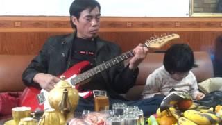 Bố đánh đàn guitar con gái bên cạch uốn éo