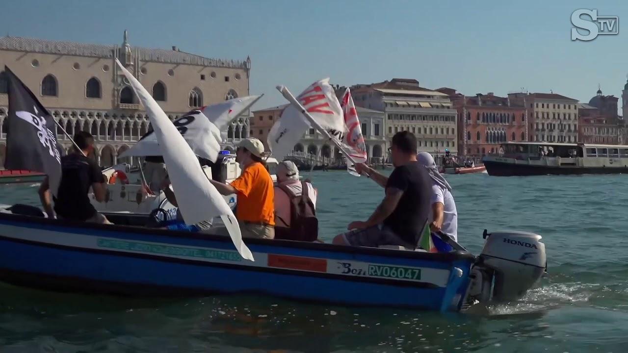 """Venezia, la manifestazione dei """"No Mose""""  nel giorno del test generale di sollevamento"""